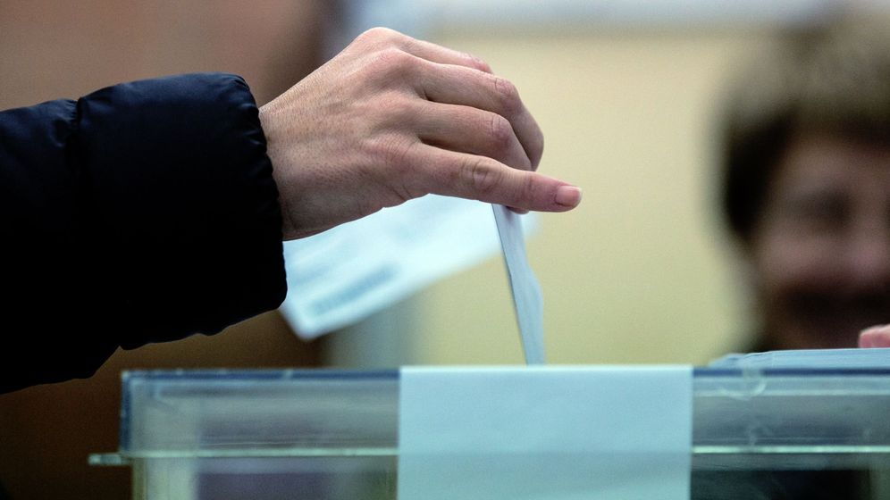 Foto: Un ciudadano deposita su voto en una urna. (EFE)