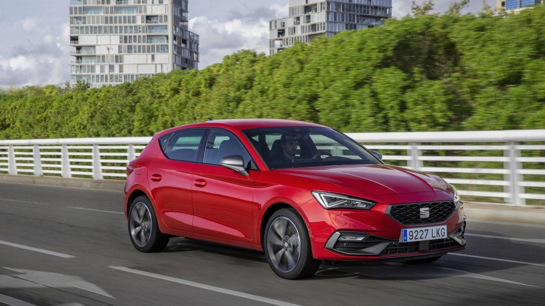 El SEAT León e-Hybrid homologa un gasto medio de 1,1 l/100 km, pero cuando agotamos su batería, el consumo en autovía a 120 km/h es de 6,5 litros.