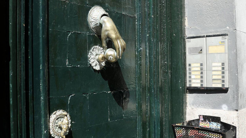 Portal del edificio en conflicto judicial. (Vanitatis)