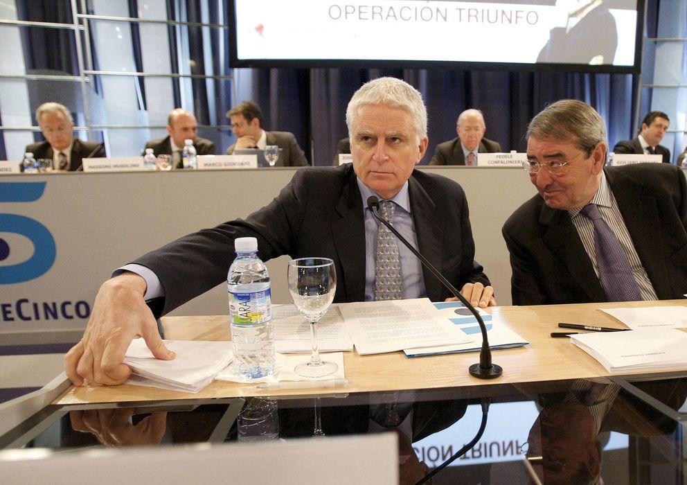 Foto: Paolo Vasile (i) y Alejandro Echevarría (d), presidente y consejero delegado de Telecinco. (Efe)