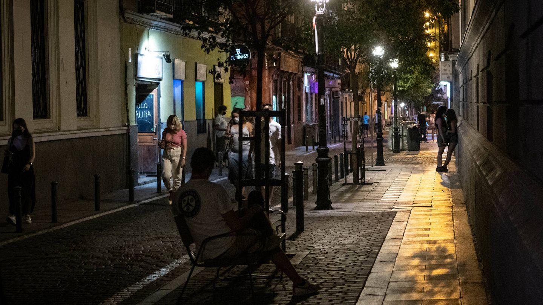 Una calle del barrio de Malasaña con poca afluencia de gente este viernes por la noche. (Fotografía: Carmen Castellón)