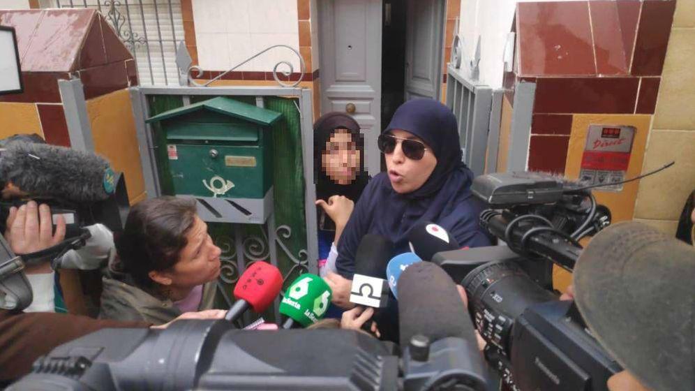 Foto: Aisha, a la puerta de su casa.