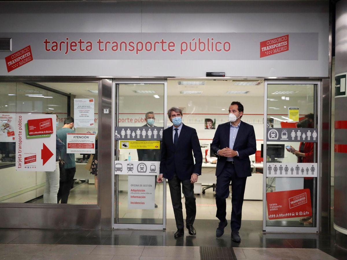 Foto: El vicepresidente de la Comunidad de Madrid, Ignacio Aguado, y el consejero de Transportes, Ángel Garrido. (EFE)