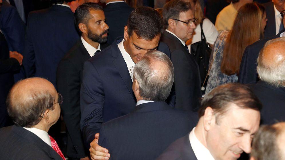 Foto: Pedro Sánchez saluda a Florentino Pérez durante el reciente encuentro en la Casa de América. (EFE)