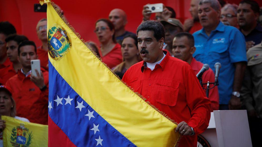 Foto: Nicolás Maduro, con una bandera de Venezuela. (Reuters)