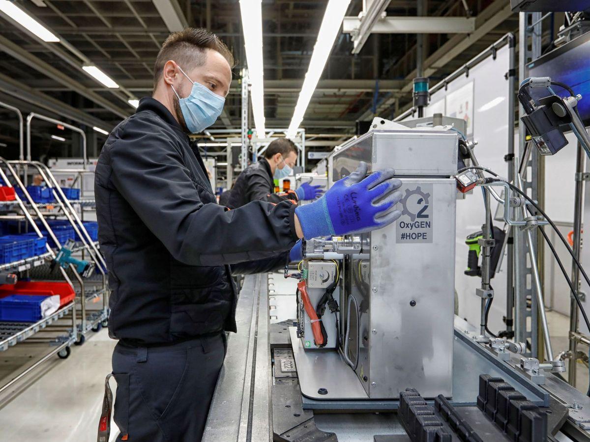Foto: Un operario de Seat monta un respirador mecánico. (EFE)