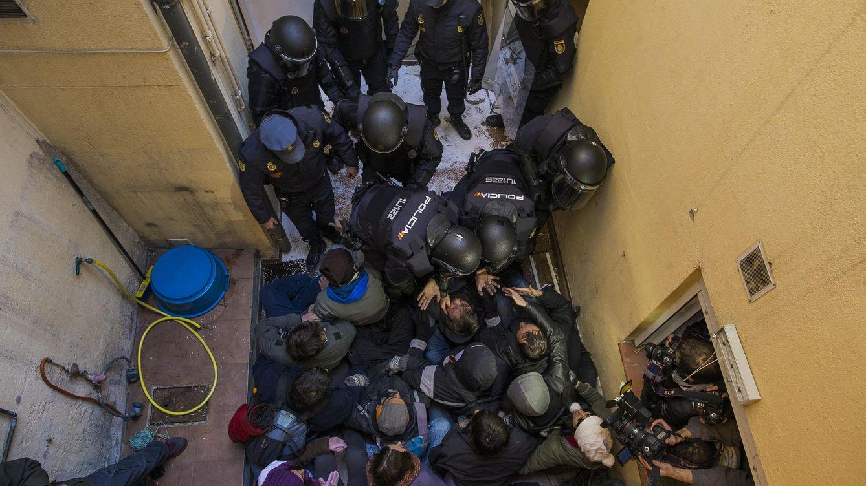 Foto: La Policía participa en un desalojo en Madrid (Foto: AP)