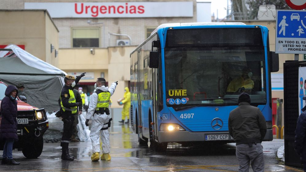 Foto: Un autobús al servicio de la Unidad Militar de Emergencias maniobra en el acceso al Hospital Gregorio Marañón. (EFE)