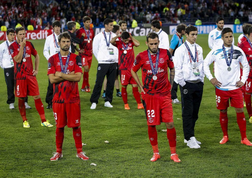 Foto: Los jugadores del Sevilla con gesto contrariado tras perder la Supercopa de Europa ante el Real Madrid.