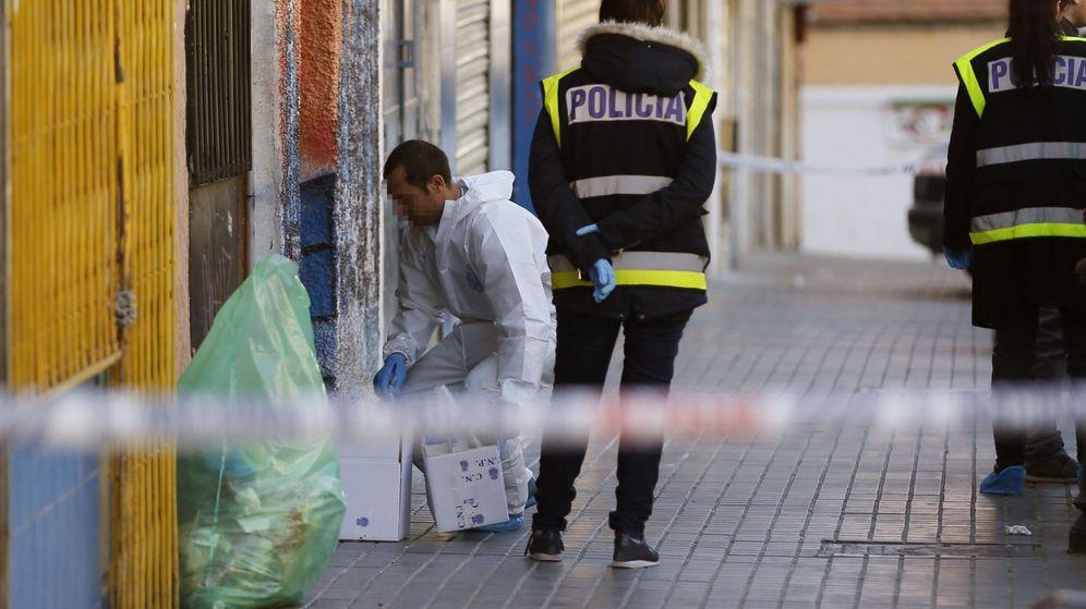 Foto: Los agentes de la Policía custodian la puerta del bar donde tuvo lugar el incidente. (EFE)