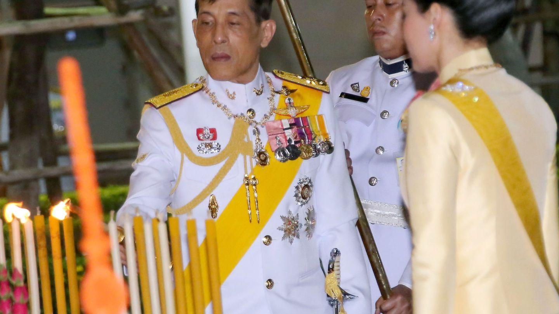 En la celebración del día de Chakri, con su mujer, en Bangkok. (EFE)