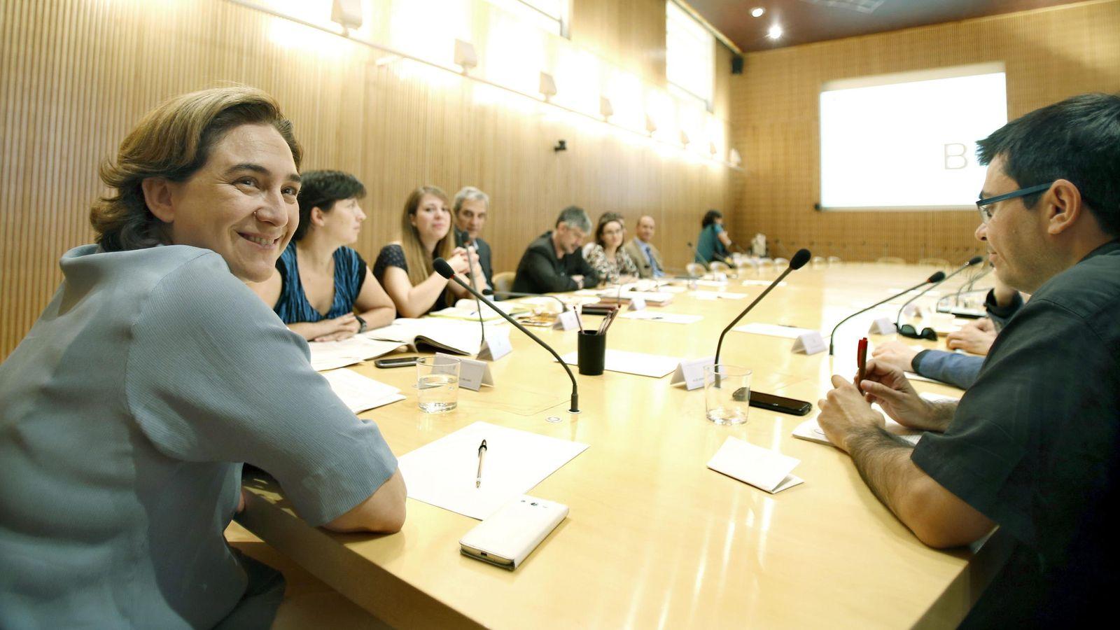 Foto: Laalcaldesa de Barcelona, Ada Colau, junto a varios miembros de su equipo. (Efe)