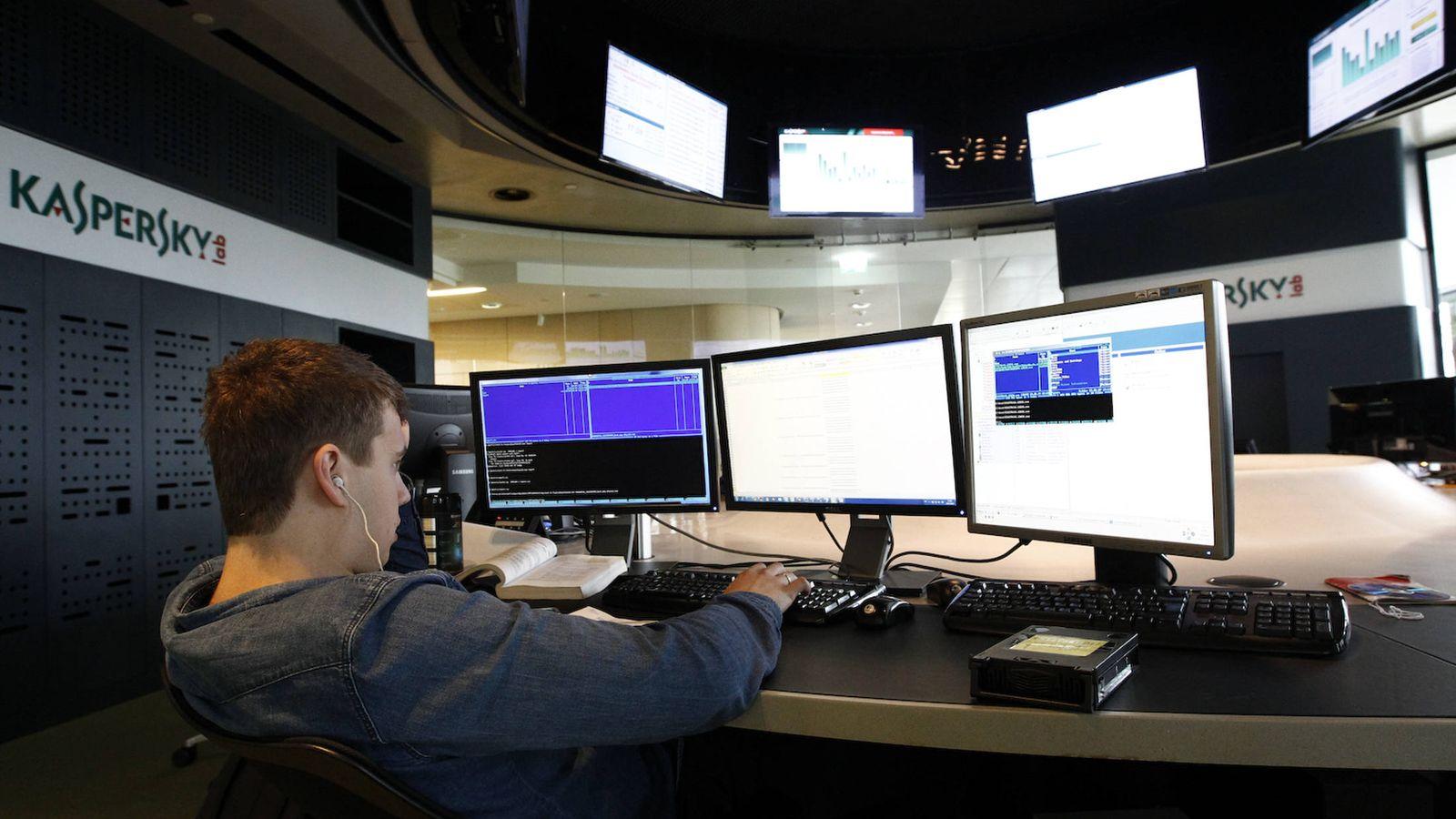 Foto: Un empleado de la firma de ciberseguridad rusa Kaspersky trabaja en su sede en Moscú, en 2013. (Reuters)