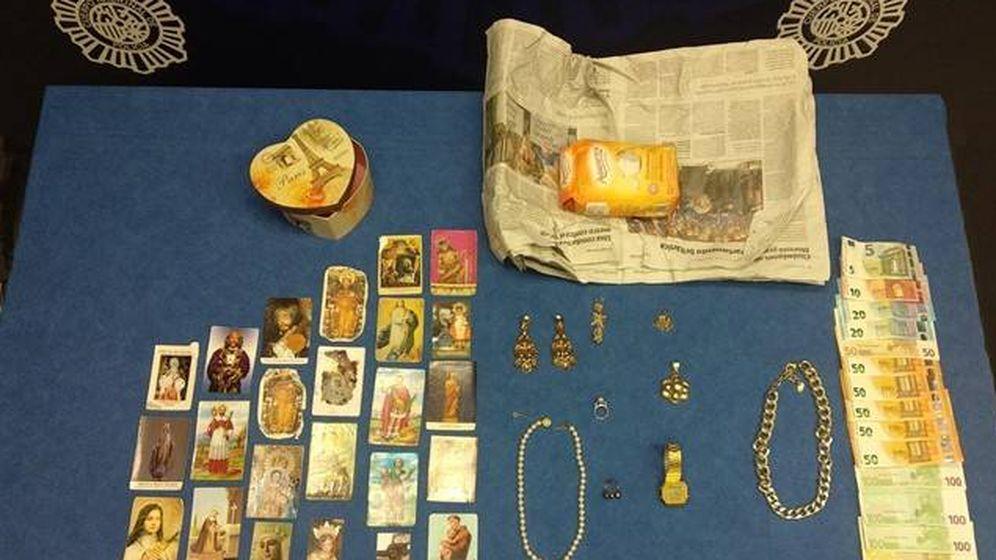 Foto: Elementos utilizados para el 'timo de la estampita' - Archivo.