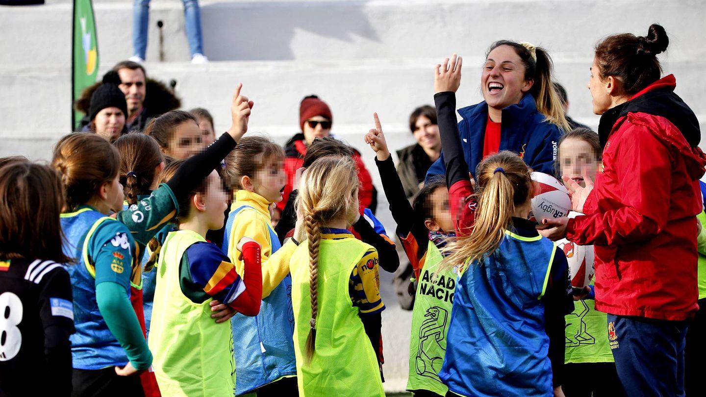 Las jugadoras de la Selección española con un grupo de niñas. (Foto: Luis Luque)