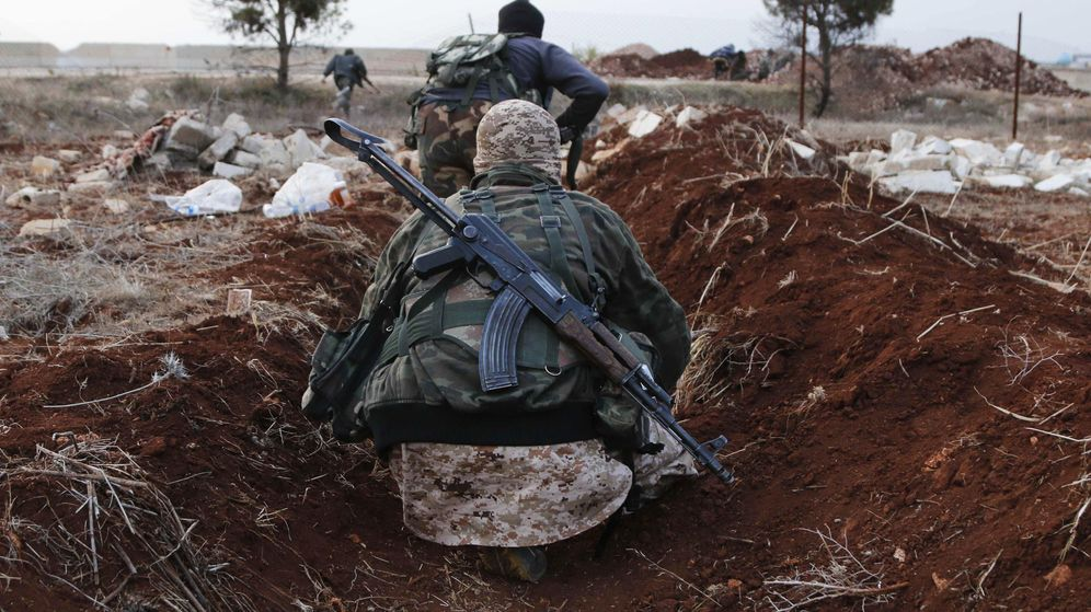 Foto: Combatientes del Frente Al Nusra (filial de Al Qaeda en Siria) avanzan hacia sus posiciones cerca del pueblo de Al-Zahra en 2014. (Reuters).