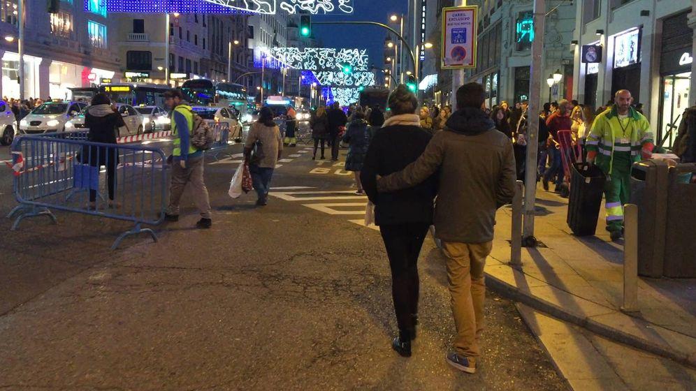 Foto: Los usuarios pasean sin tráfico por la Gran vía.
