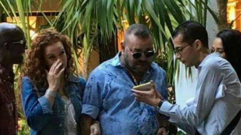 Foto: El rey Mohamed VI y su esposa con un marroquí que les abordó en Miami.