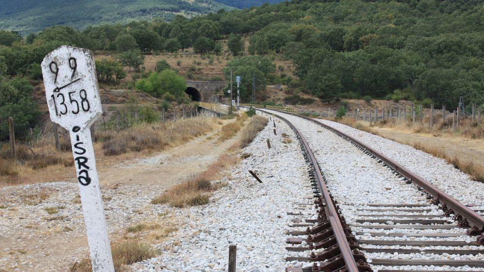 Foto: Vías fantasma cercanas a la estación abandonada de Gascones de Lozoya. (Alejandro Mata)