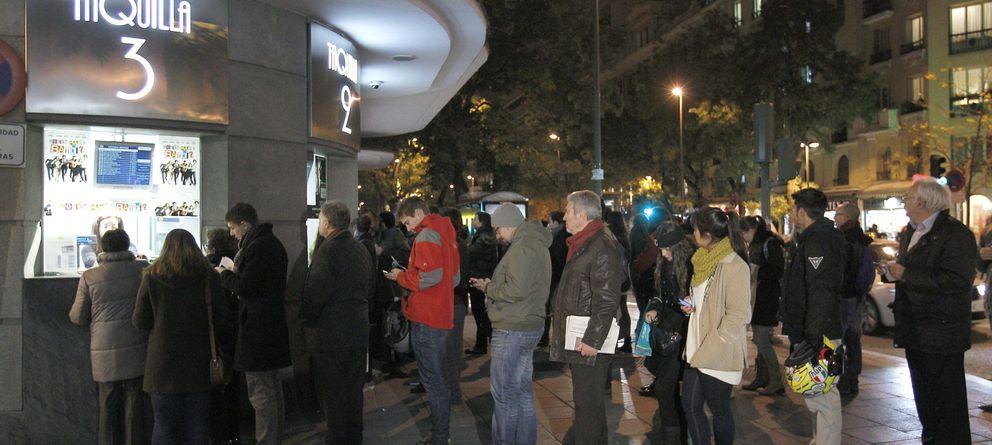 Foto: Colas en un cine de Madrid (EFE)