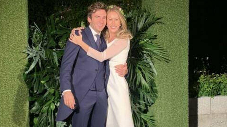 Marta Prats y Alberto Salas posan después de la ceremonia. (Instagram)