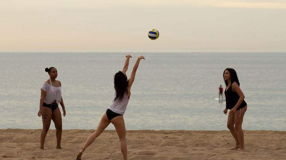 Foto: Unas jóvenes practican deporte en la playa de la Barceloneta. (EFE)