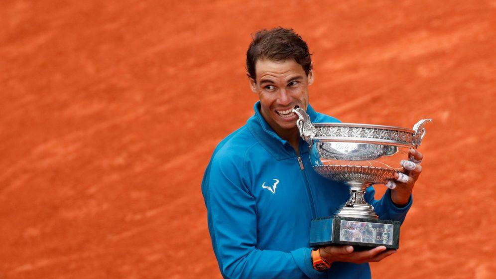 Foto: Nadal muerde la copa de los Mosqueteros. (Reuters)