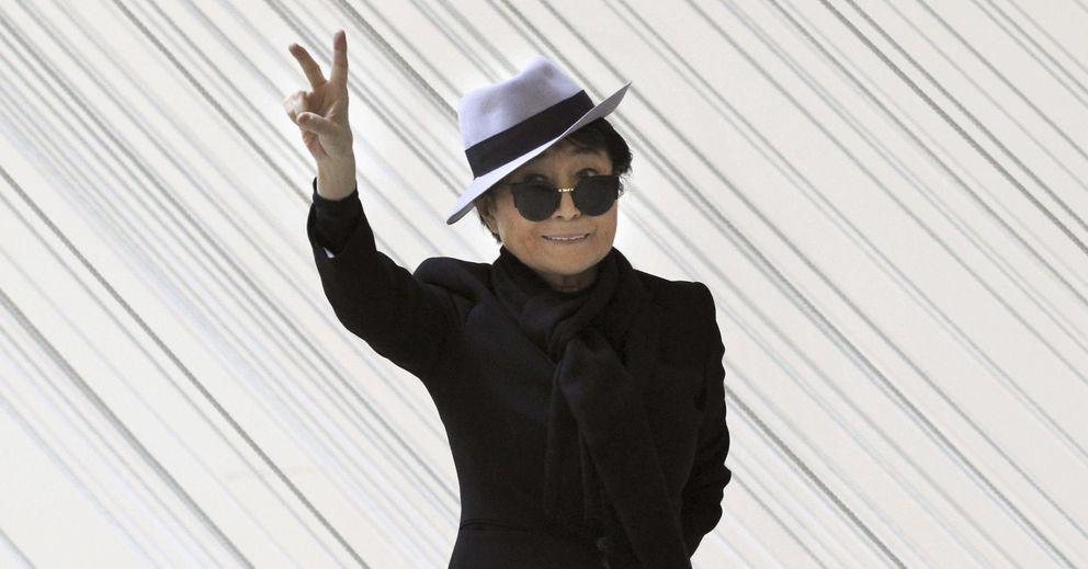 Foto: Yoko Ono pasea en el Museo Guggenheim Bilbao, en la que ha sido la exposición más vista en España, en 2014. (EFE)