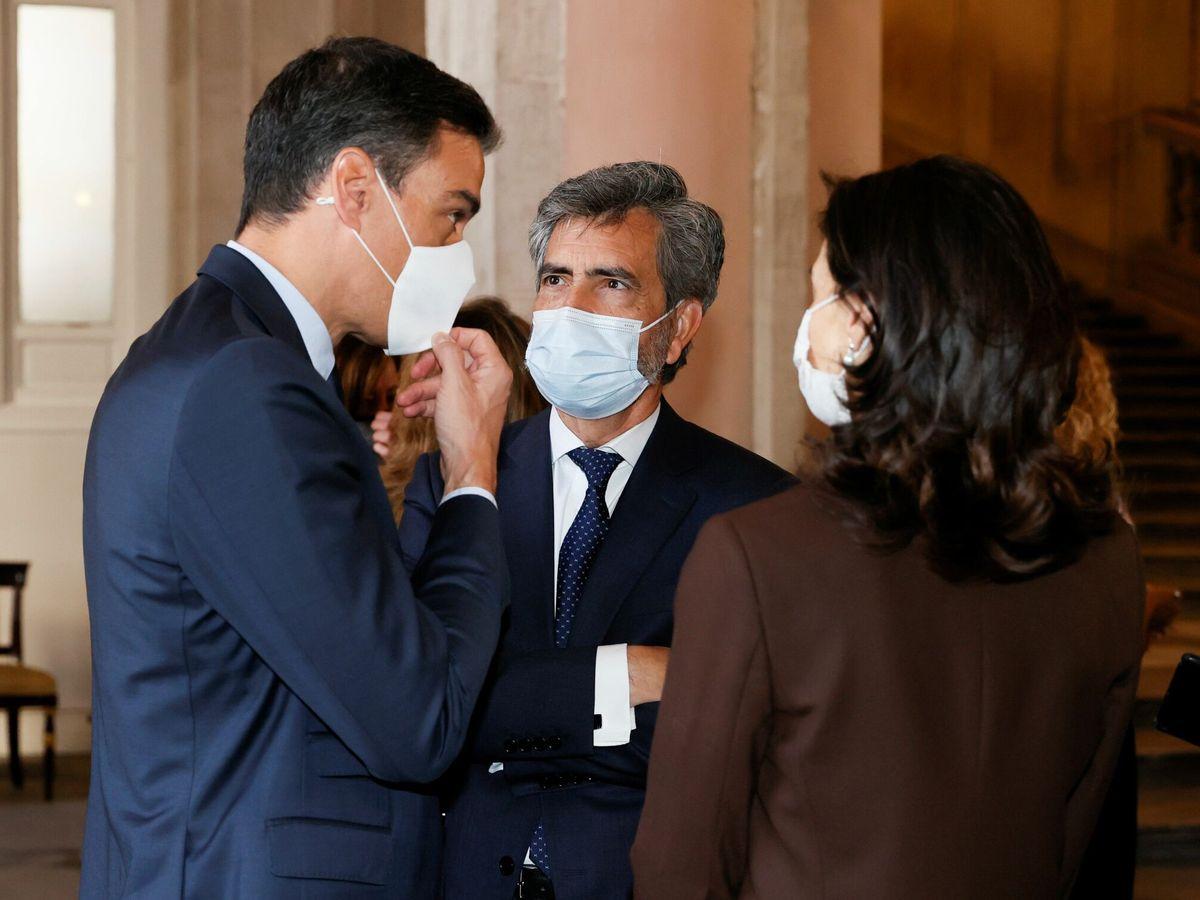 Foto: Pedro Sánchez conversando con Carlos Lesmes y Pilar Llop. (EFE)