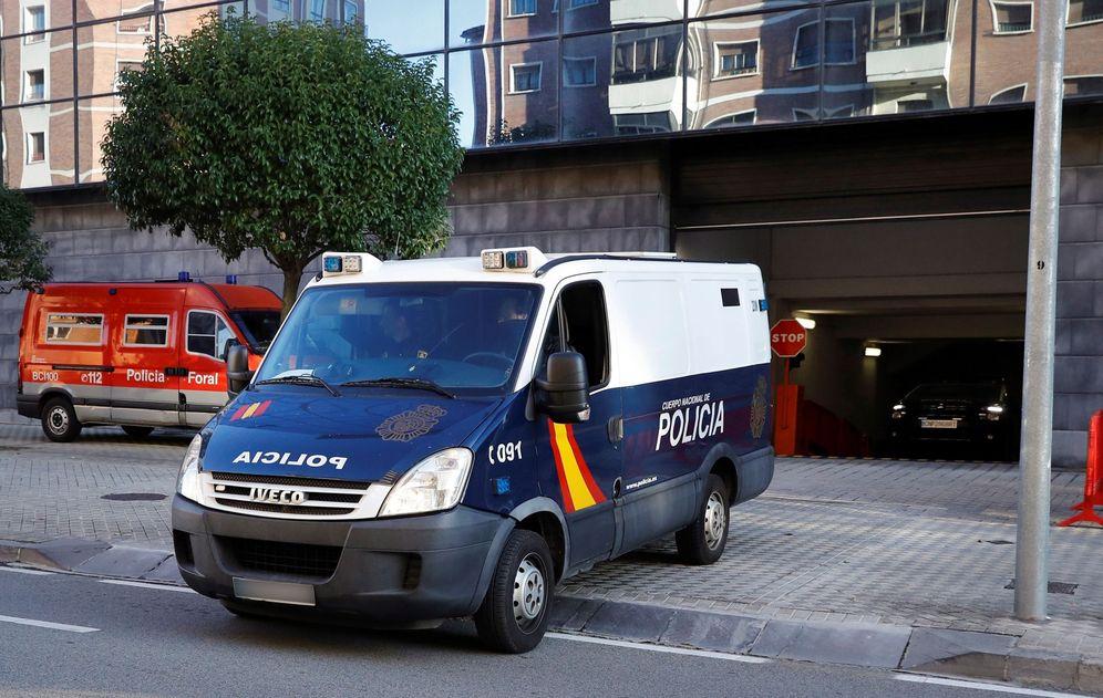 Foto: Un furgón policial traslada a los acusados a la cárcel desde el Palacio de Justicia de Pamplona tras finalizar el juicio en noviembre. (EFE)