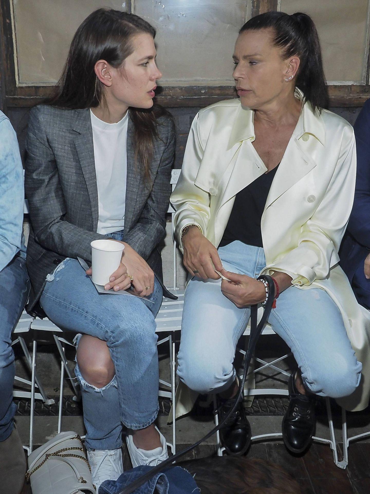 Carlota con su tía Estefanía. (Getty)