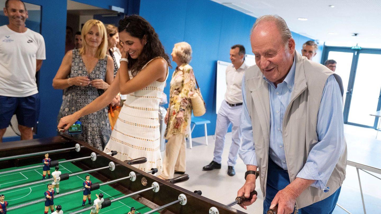 Xisca Perelló, jugando al futbolín con el rey Juan Carlos. (EFE)