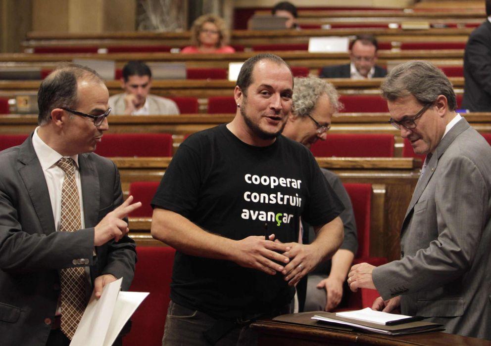 Foto: El portavoz de la CUP, David Fernández, habla con Mas (EFE)