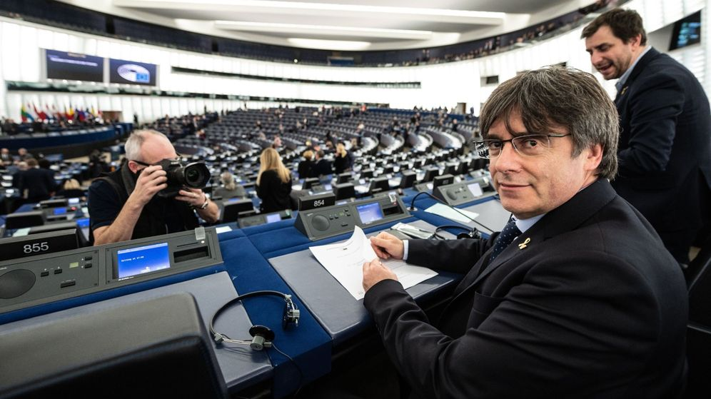 Foto: Puigdemont (c), junto a Toni Comín (d), en el Europarlamento. (EFE)