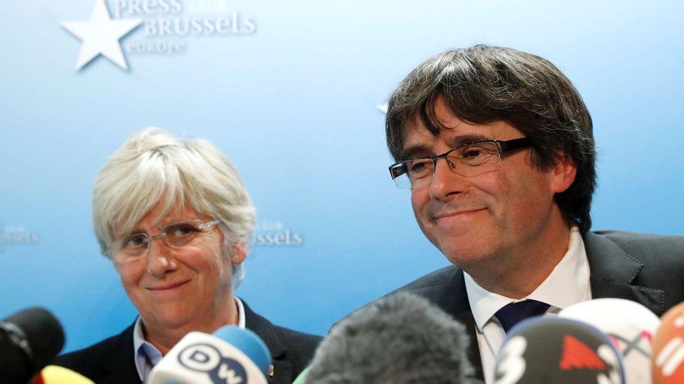 Foto: Clara Ponsatí con Carles Puigdemont durante una rueda de prensa. (Reuters)