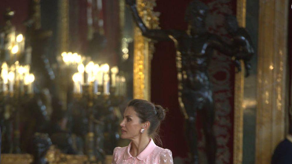 Foto: La reina Letizia, con su vestido de Felipe Varela en el Día de la Fiesta Nacional. (Limited Pictures)