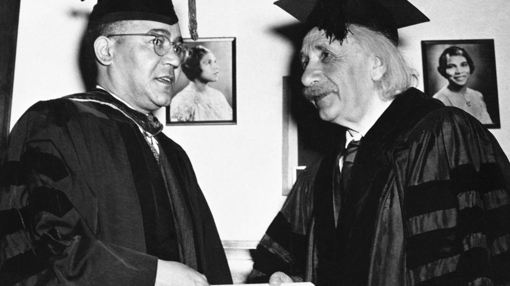 Foto: Einstein recibe su diploma honorífico de manos de Mann Bond, presidente de la Universidad Lincoln