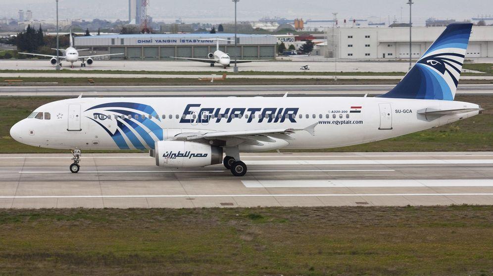 Foto: Un avión Airbus A320 de las aerolíneas EgyptAir, el mismo avión que ha desaparecido este jueves. (Efe)