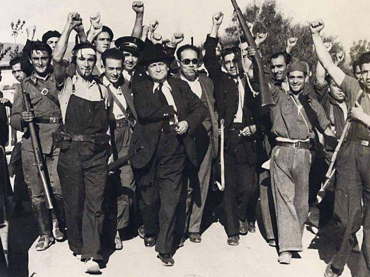 Foto: Francisco Largo Caballero, en el centro, junto a un grupo de milicianos en 1936.