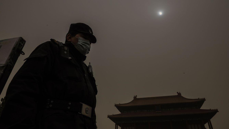 Pekín amanece envuelta en niebla marrón por contaminación y una tormenta de arena