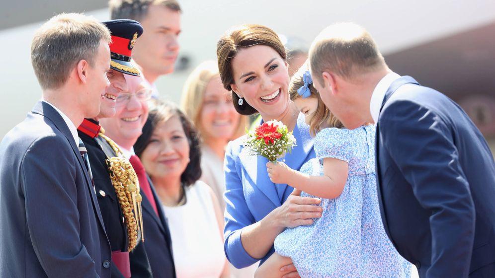 Foto: Los duques de Cambridge con Charlotte. (Reuters)