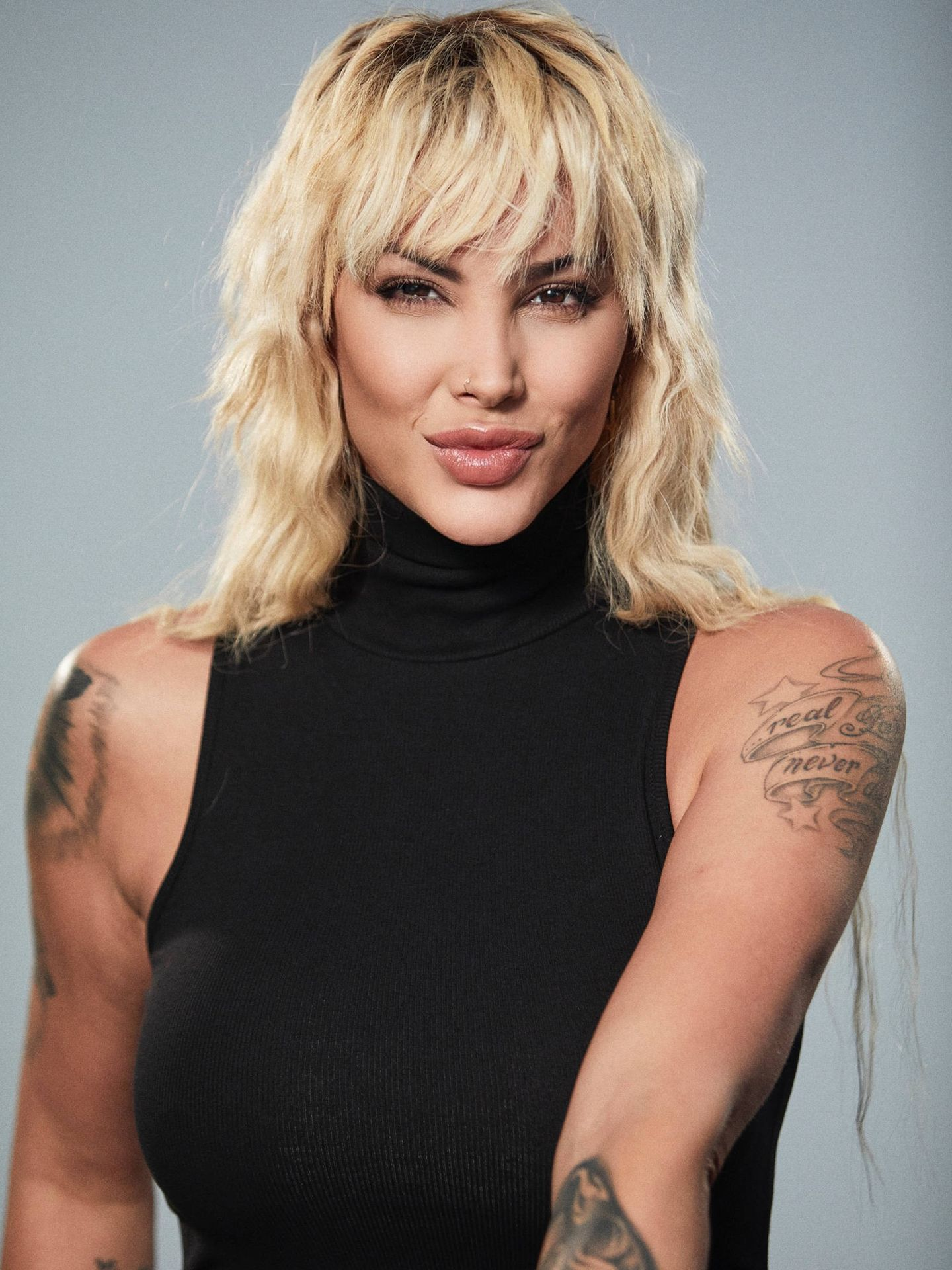 La actriz, en otra imagen de la sesión.    Peluquería de Dani Zúñiga y maquillaje de Pol Guarné para Corta Cabeza Creative Team (Foto: Q & Cumber)