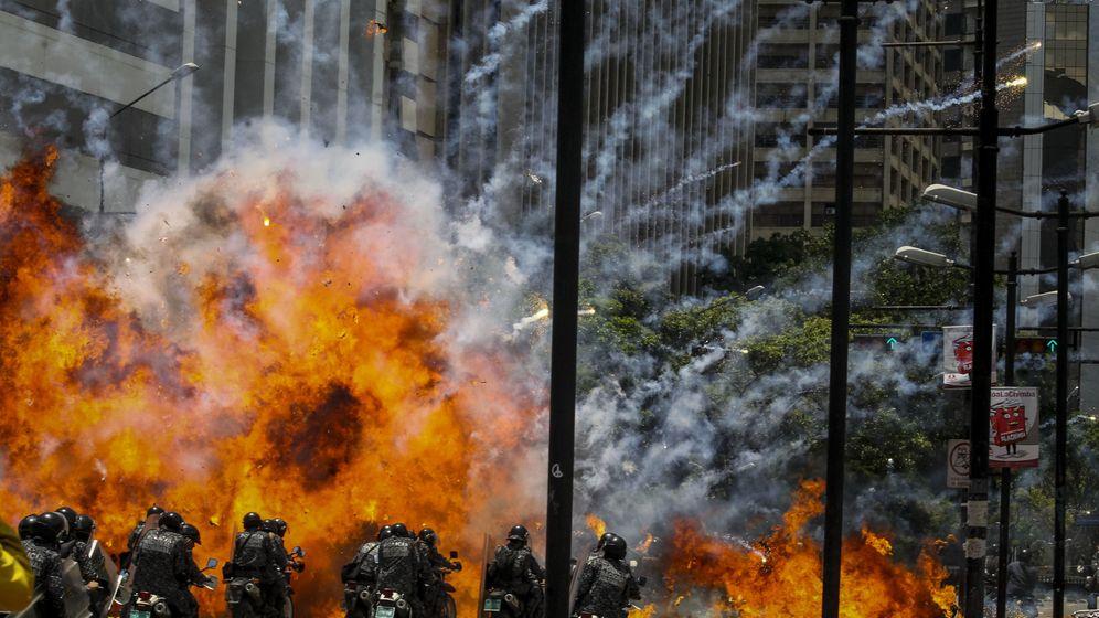 Foto: Un agente herido tras explosión de dos motos de la Policía en Caracas. (EFE)