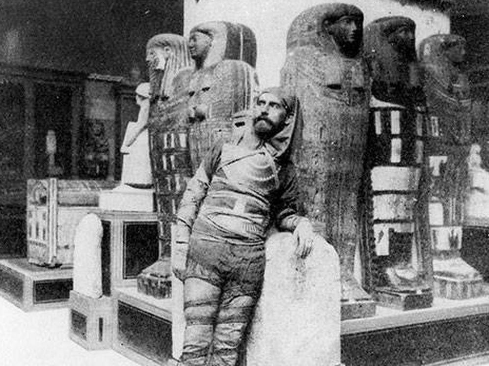 Foto: El arqueólogo Eduard Toda disfrazado de momia