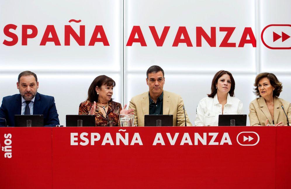 Foto: Pedro Sánchez, con José Luis Ábalos, Cristina Narbona, Adriana Lastra y Carmen Calvo, este 19 de septiembre en Ferraz. (EFE)