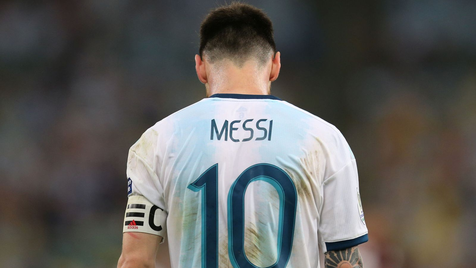 Foto: Leo Messi abandona el campo de Maracaná cabizbajo tras ganarle a Venezuela en los cuartos de la Copa América. (Reuters)