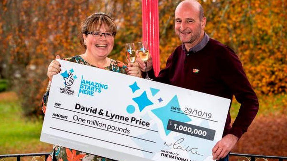 Foto: Lynne y David Price, celebrando su doble gran noticia: sin cáncer y millonarios (Foto: National-Lottery)
