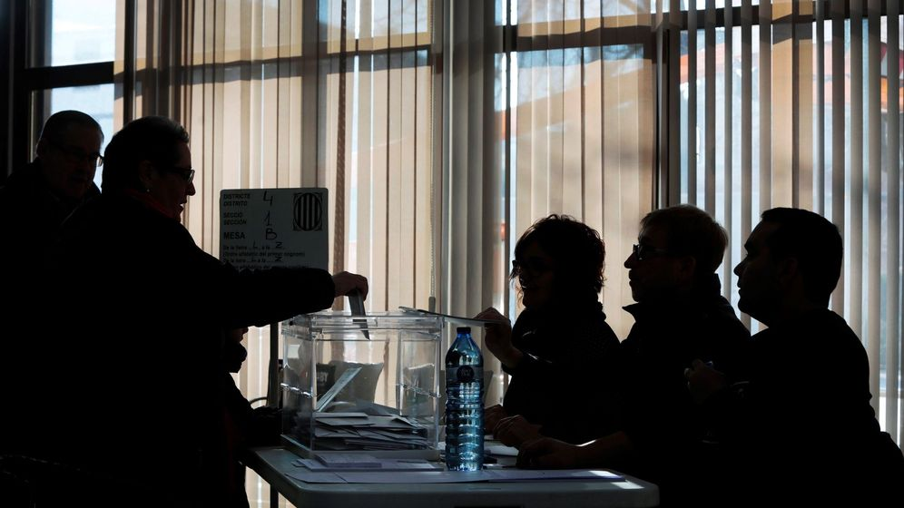Foto: Una mesa electoral durante las elecciones en Cataluña de 2017. (Efe)