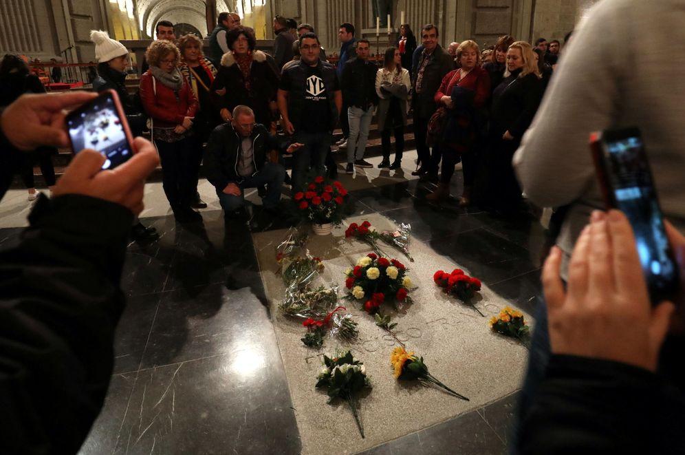 Foto: Ramos de flores cubren la tumba de Francisco Franco en el Valle de los Caídos, el pasado 17 de noviembre. (Reuters)