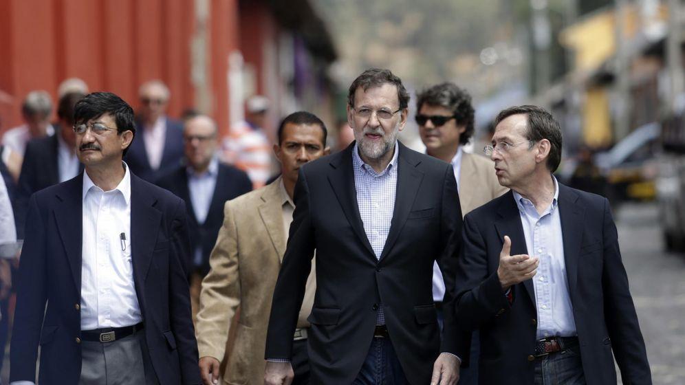 Foto: Rajoy junto a Gonzalo Robles, exdirector de la AECID y de Humanismo y Democracia, en Guatemala en 2015. (Reuters)